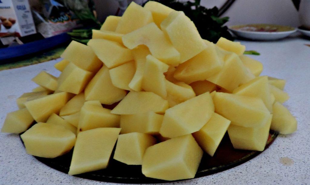 Картофель нарезать на кубики