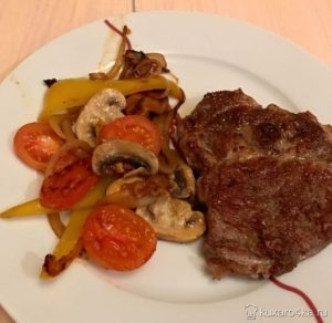 Выкладываем мясо и овощи на тарелку